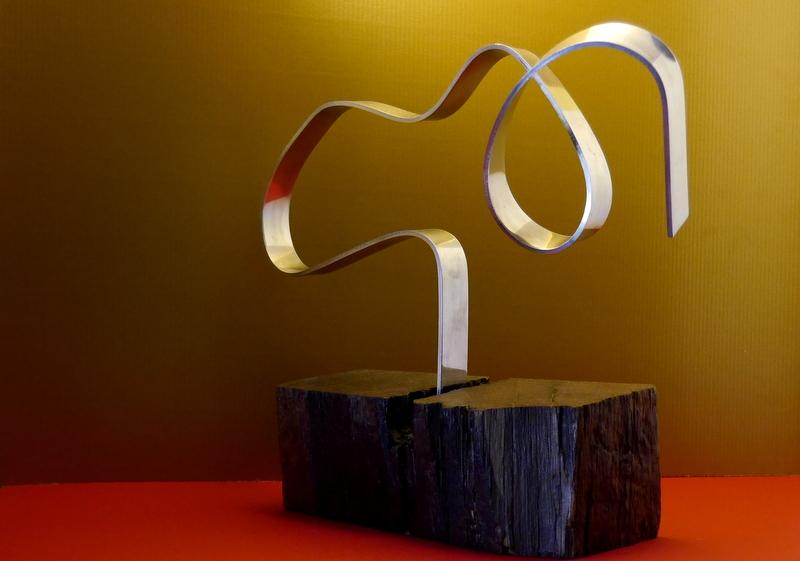 Aluminio pulido y madera noble. Medidas 28*10*36